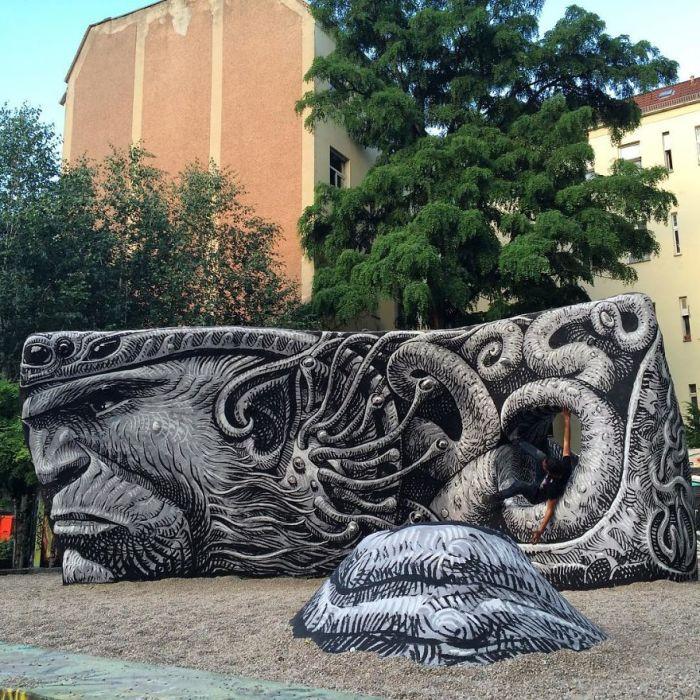 Камень, превращенный художником в произведение искусства – Берлин, Германия (2016 год).