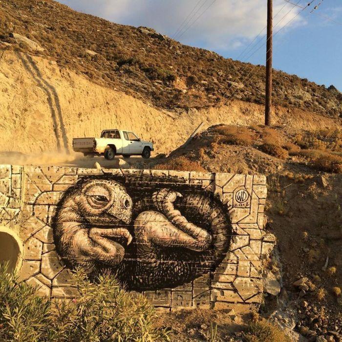 Рисунок, выполненный художником на одном из элементов моста, раположенного на острове Икария, Греция (2016 год).
