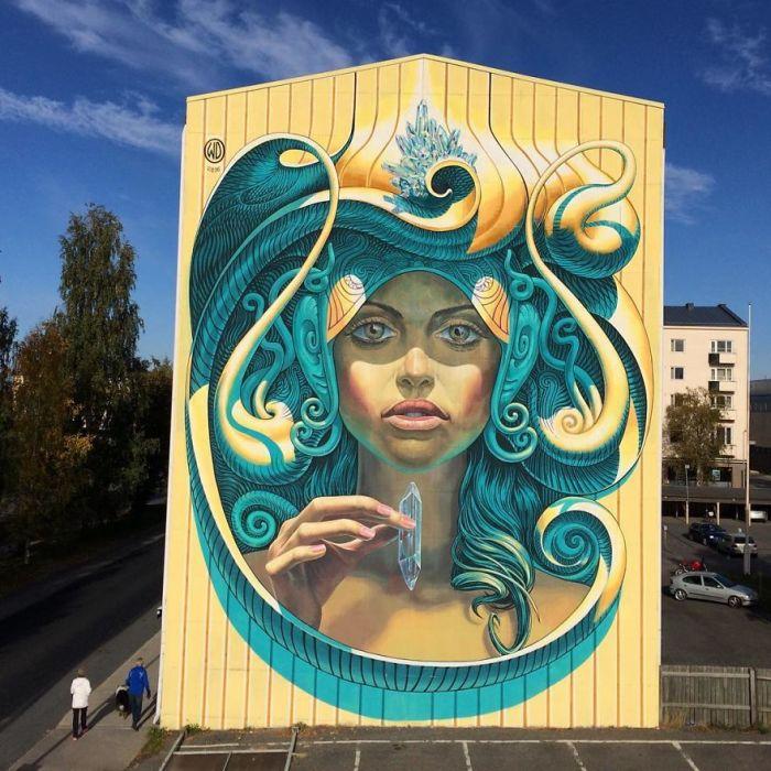 Огромный рисунок, созданный на стене здания у автостоянки в Финляндии (2016 год).