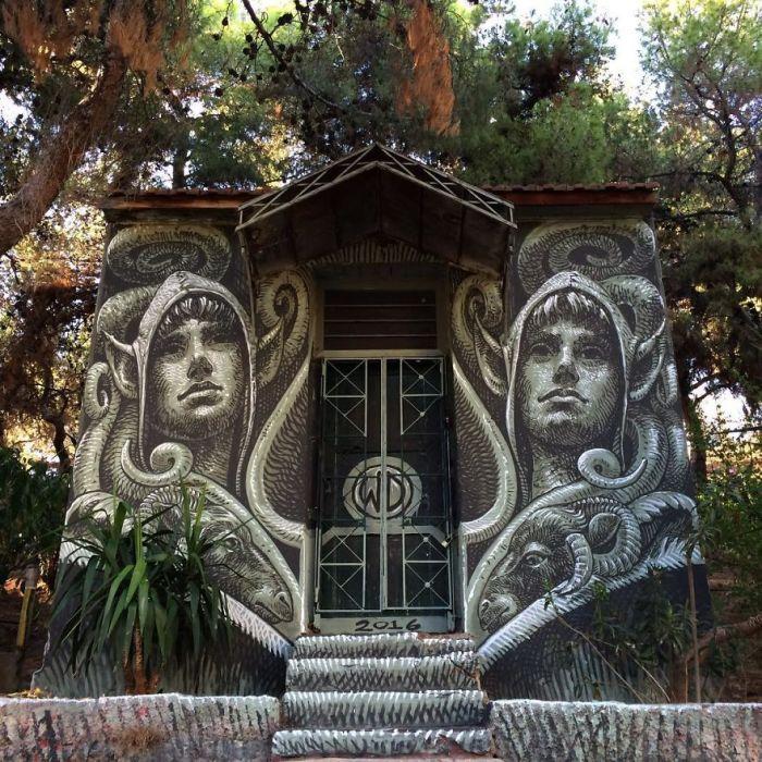 Стрит-арт, созданный художником на стенах заброшенного дома на Холме Стрефи в Афинах, Греция (2016 год).