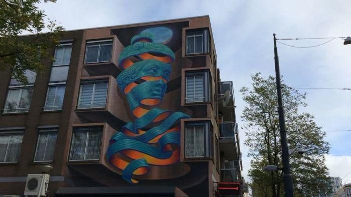Масштабный рисунок, созданный греческим художником на стенах здания в Роттердаме, Нидерланды (2017 год).
