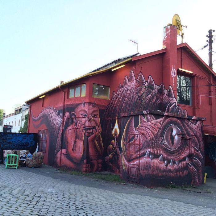 Работа в красных тонах, созданная на стене здания специально для фестиваля стрит-арта во Франции (2017 год).