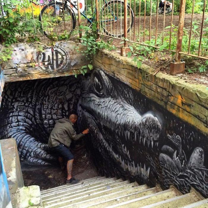 Художник создает картину на стене подземного пешеходного перехода в Берлине, Германия (2016 год).