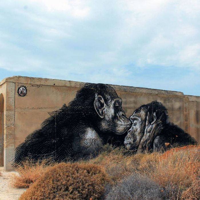 Монохромный стрит-арт, созданный художником на стене здания на острове Наксос, Греция (2015 год).