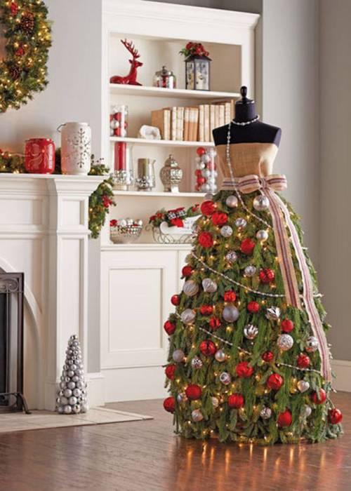 Елочные игрушки, банты, разноцветные огни развешены на подоле платья у красавицы.