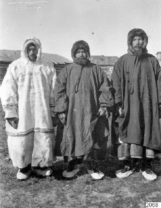 Мужчины в традиционных одеждах.