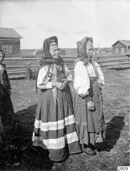 Женщины в традиционных костюмах.