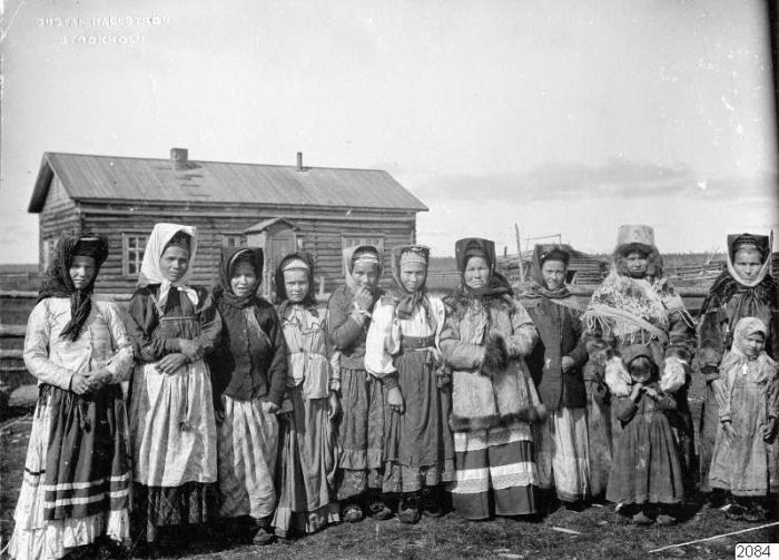 Женщины и девочки в традиционных костюмах.