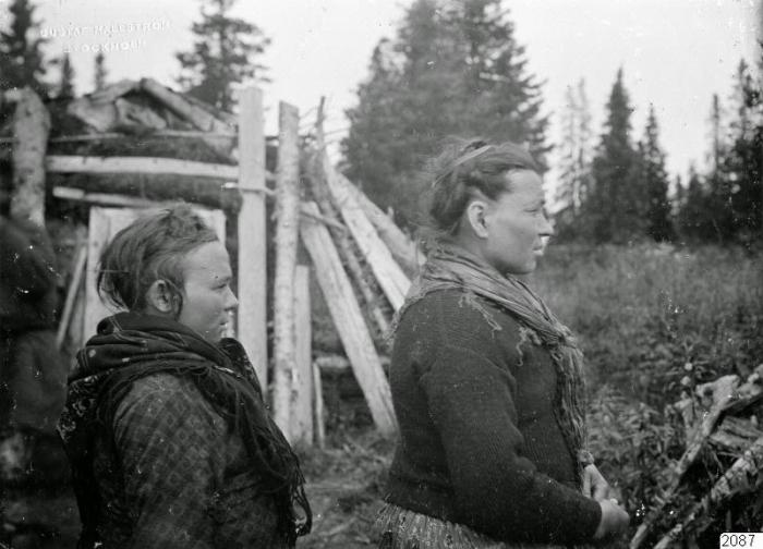 Две женщины в повседневной одежде. Россия, Архангельская губерния, село Ловозеро, 1910 год.