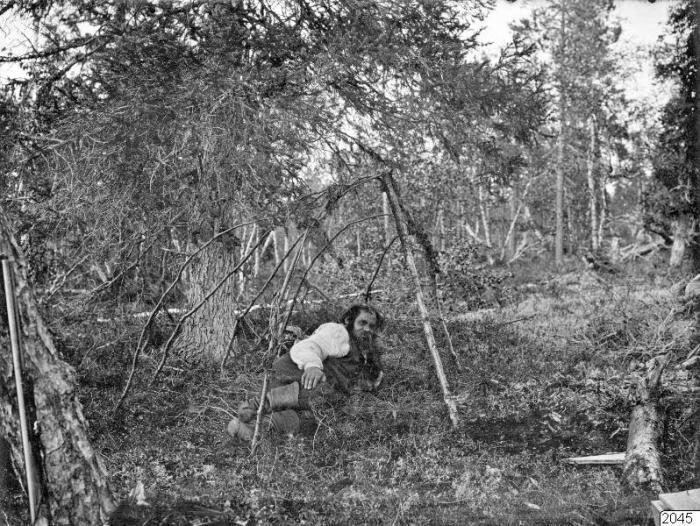 Мужчина отдыхает в кустах после тяжёлого рабочего дня.