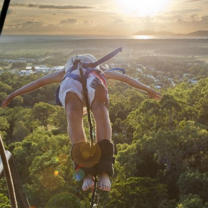 Для прыжков-банджи используются эластичные канаты, поэтому человек какое-то время «болтается» на них вверх-вниз.