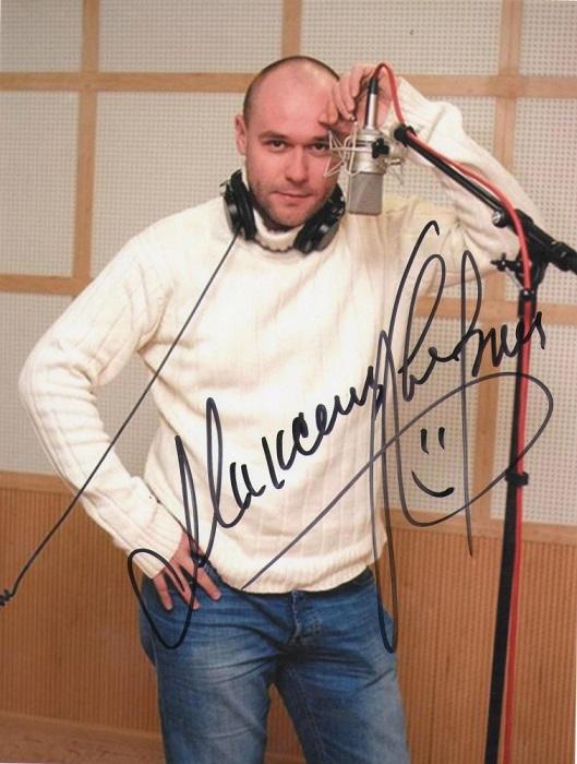 В подписи российского актера театра и кино можно увидеть улыбающуюся рожицу.