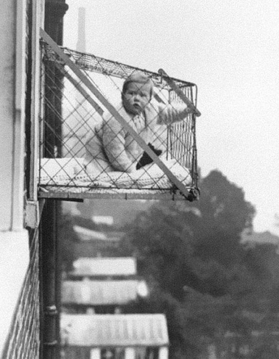 Клетка изобретена в 1937 году для прогулок детей на свежем воздухе за окном.