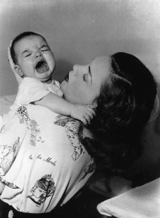 Плачущая Лайза с мамой Джуди Гарленд, май 1947 года.