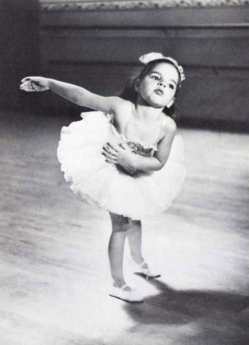 Лайза в хореографическом классе в Buckley Private School.