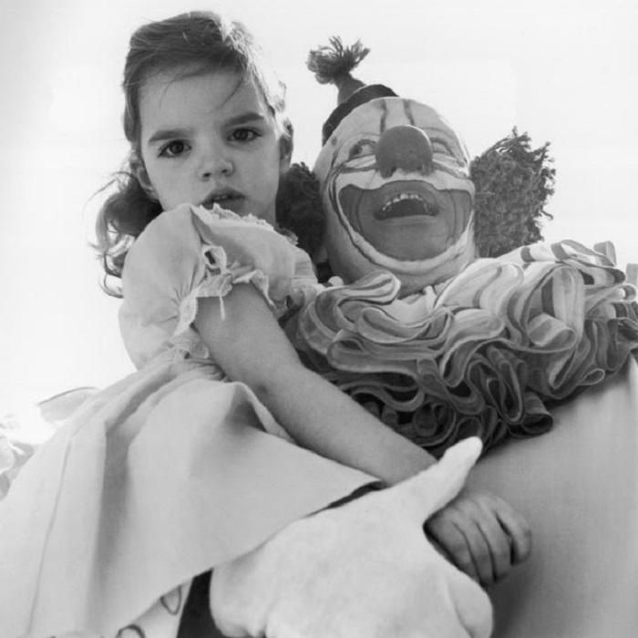 Маленькая Лайза на руках у Клоуна (Пинто Colvig) в Голливуде.