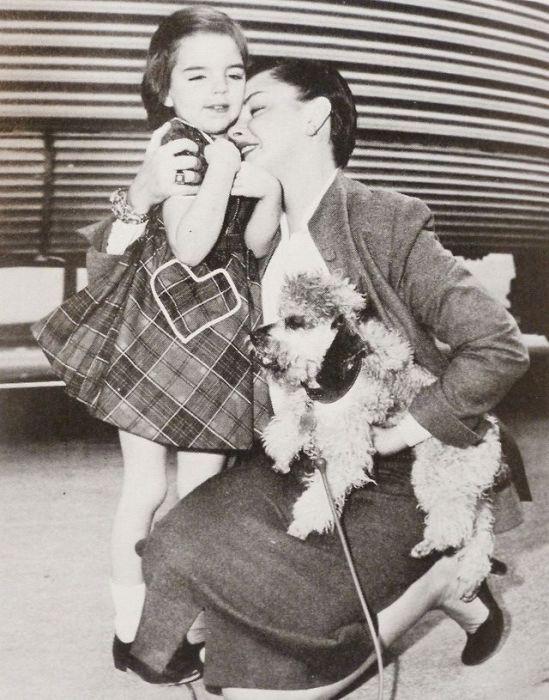 Мать обнимает встречающую дочь Лайзу на вокзале по приезду из Нью-Йорка, 1950 год.
