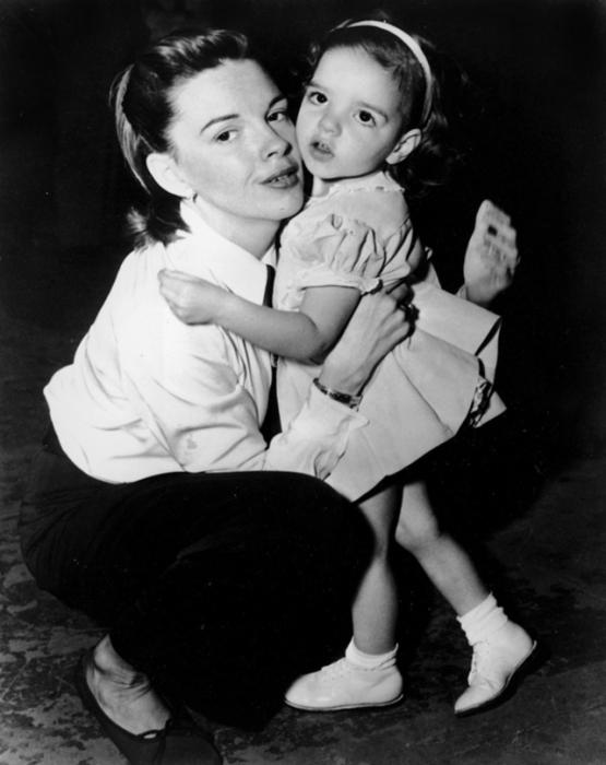 Джуди пришла с Лизой на мюзикл «Слова и музыка», чтобы увидеть Микки Руни, 1948 год.