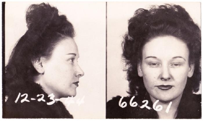 Суровый, гордый образ женщины, с накрашенными губами.