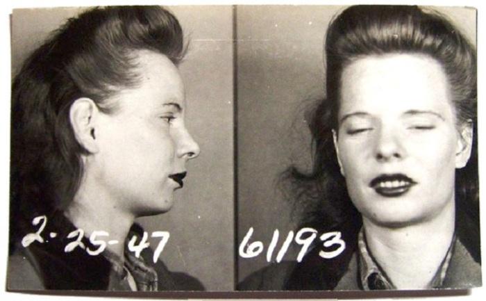 Молодая дама окружена таинственностью.