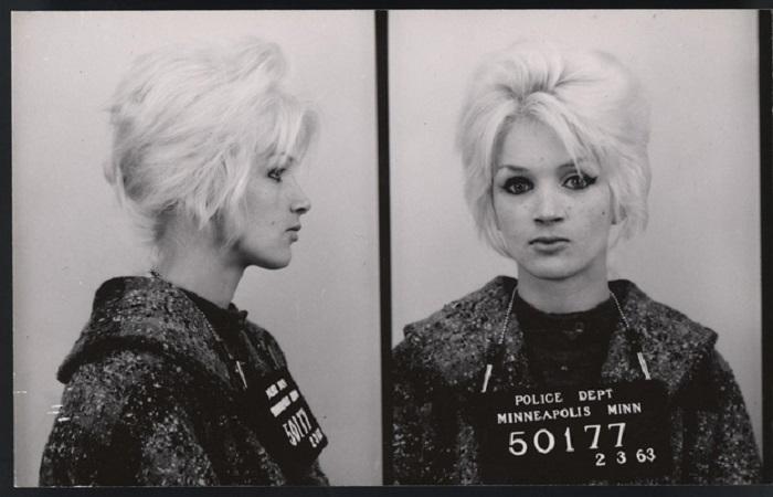 Молодая, накрашенная блондинка, совершившая противоправные действия.