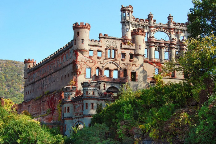 Военный склад должен был выглядеть как настоящий замок, который мог бы подчеркнуть богатство владельца.