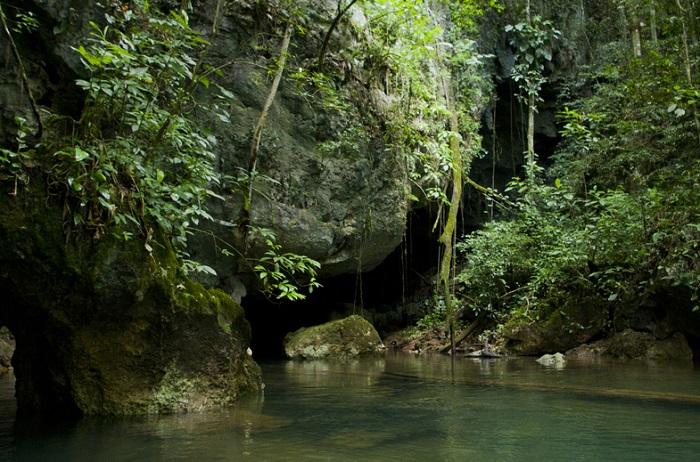Пещера Бартон Крик использовалась племенами Майя в церемониальных и погребальных целях.