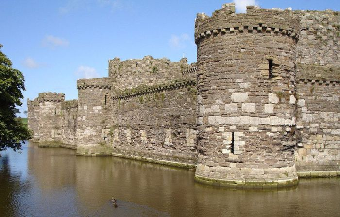 Древнейший замок Бомарис возвышается на острове Англси.