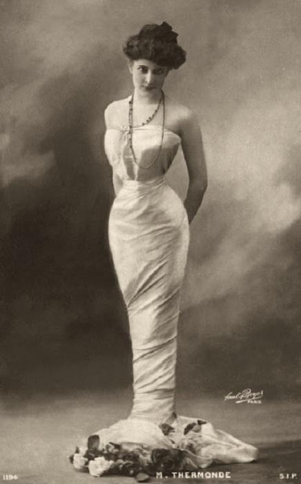 Затянутая в корсет фигура женщины имела S-образный силуэт.
