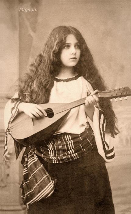 Молодая цыганка с мандолиной.