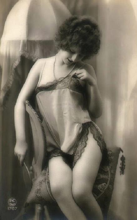 Красивая девушка в нижнем белье.