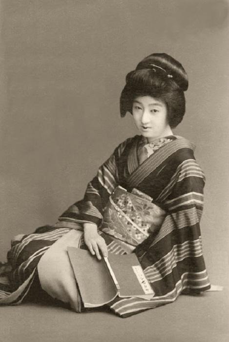 Красивая японская девушка в национальной одежде.