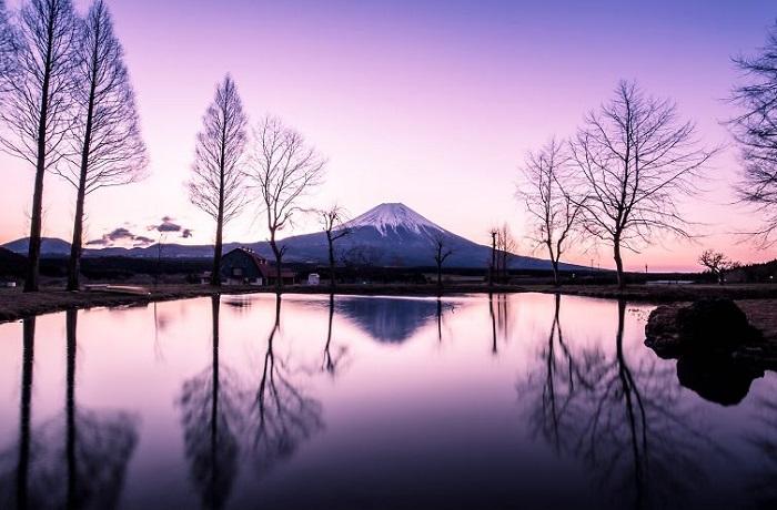 Снимок сделан сразу после дождя, где видны яркие цвета неба, которые добавляют пейзажу красоты.
