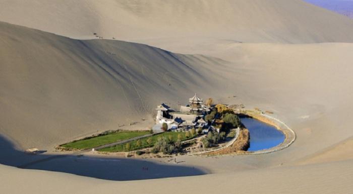 Озеро Полумесяца в пустыне Гоби — самая настоящая жемчужина в дюнах, самый настоящий оазис.