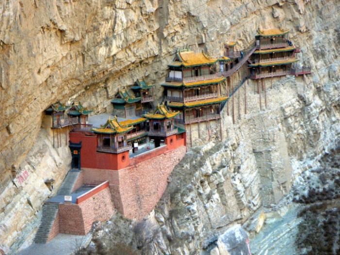 У подножия священной горы Хэншань располагается изумительное по красоте сооружение, настоящее архитектурное чудо - храмовый комплекс Сюанькун-сы.