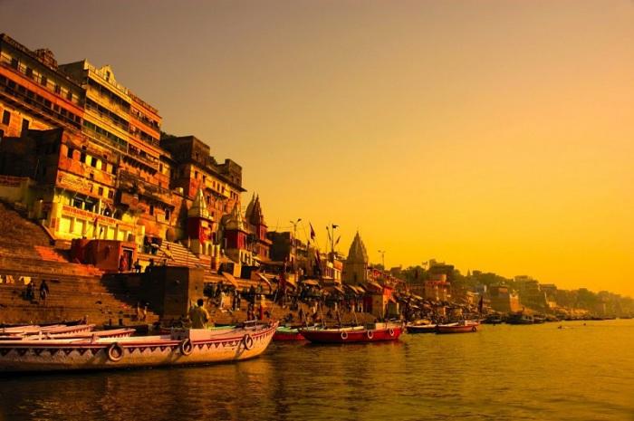 Красочный священный город, место паломничества индуистов.