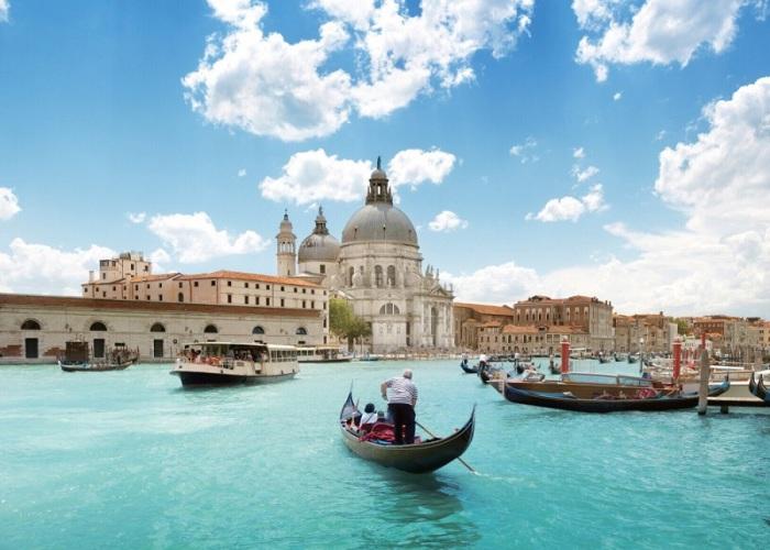 Один и красивейших городов мира, расположенный на побережье Адриатического моря, в северной части Италии.
