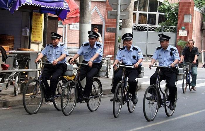 Полицейские на велосипедах.
