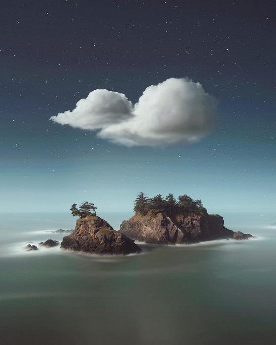 Прибрежные скалы омываются водами океана.