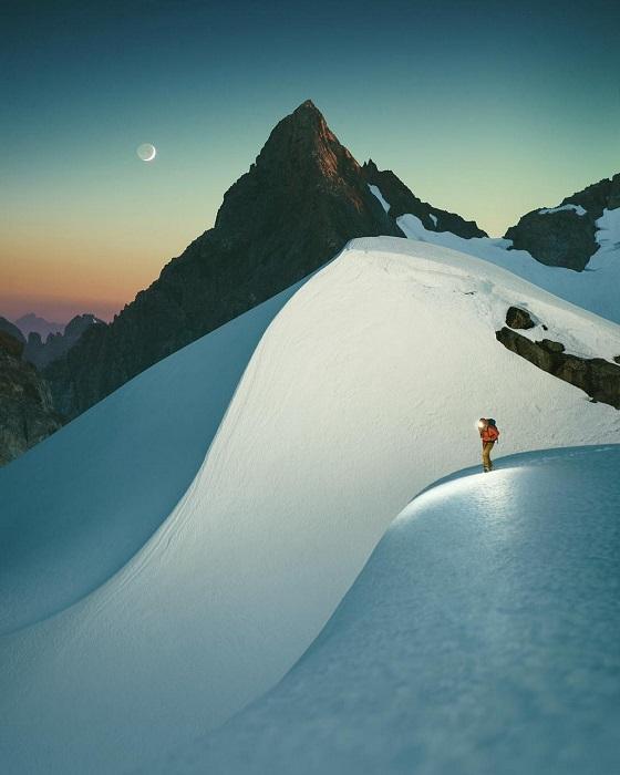 Ночью гора выглядит большим чудовищем из камня, льда и снега.