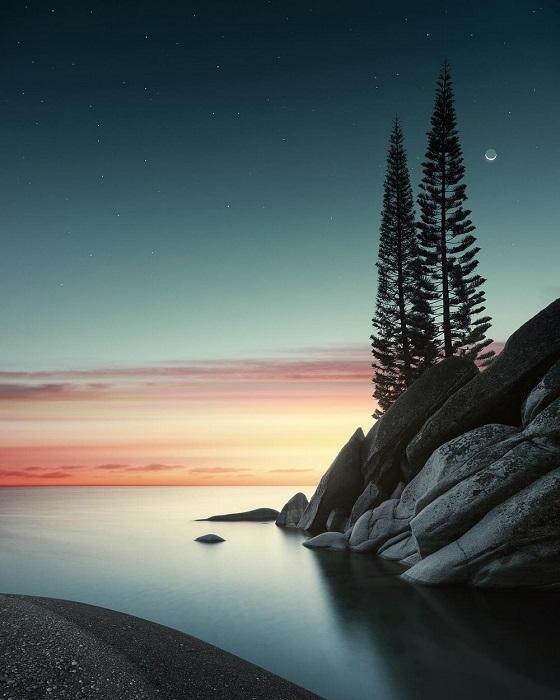 Вечерний закат уходит за горизонт, оставляя за собой огненные полосы.