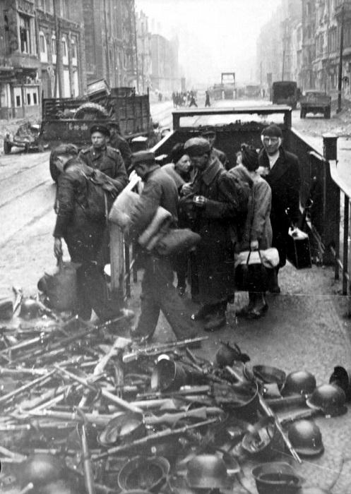 Пленные немецкие солдаты у входа в метро во время капитуляции в Берлине.