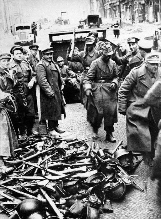 Немецкие солдаты в Берлине сдаются в плен советским войскам.