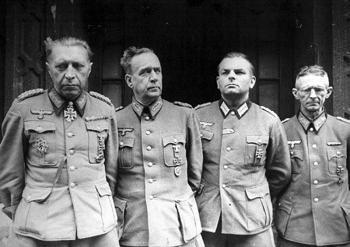Последний назначенный Гитлером командующий обороной Берлина, сдаётся в плен вместе с членами своего штаба.