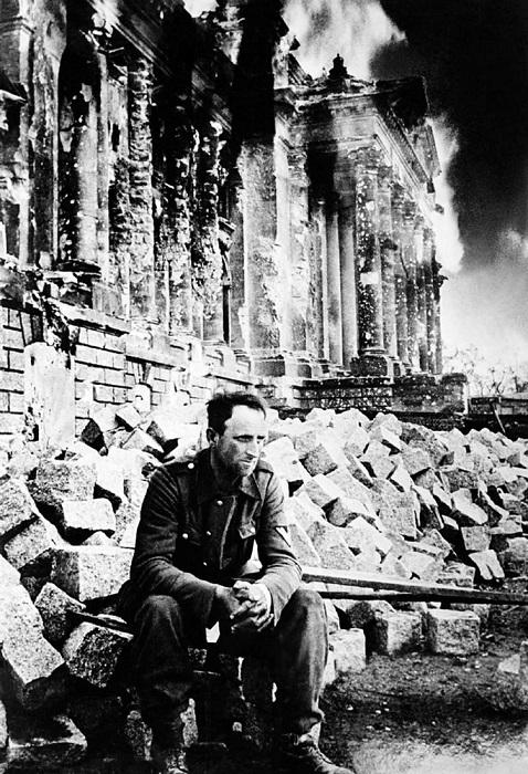 Пленный немецкий солдат у Рейхстага.