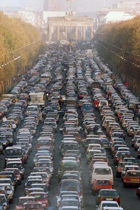 Пробка у Бранденбургских ворот на выезде из Восточной Германии в Западную в первую субботу после падения Берлинской стены. (Ноябрь, 1989).