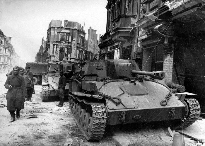 Советские САУ СУ-76 на одной из улиц Берлина.