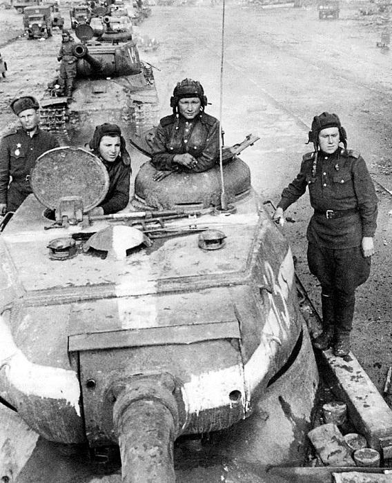 Колонна советских тяжелых танков ИС-2 на улицах Берлина.