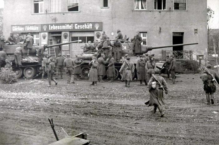 Советские войска на остановке в одном из немецких городов.