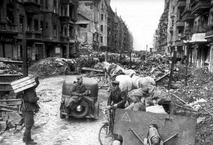 Некоторые улицы Берлина были засыпаны чуть ли не двухметровым слоем щебня от разрушенных зданий.